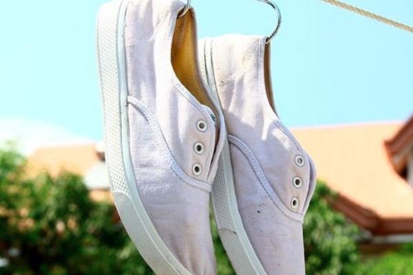 cách khử mùi hôi trong giày vải