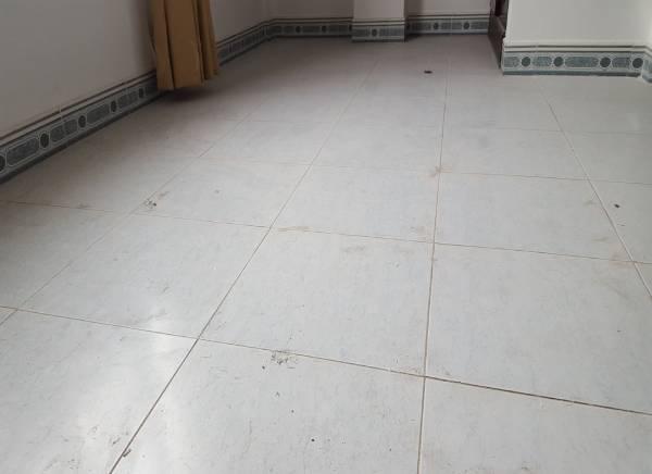 Sàn nhà mới thường để lại vết xi măng trên bề mặt
