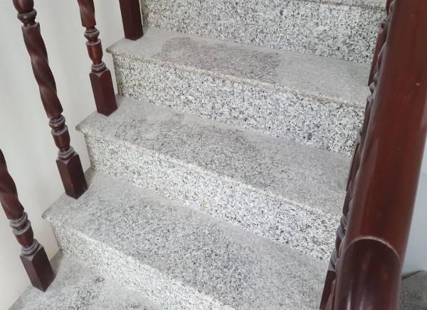 Vệ sinh sạch sẽ cầu thang