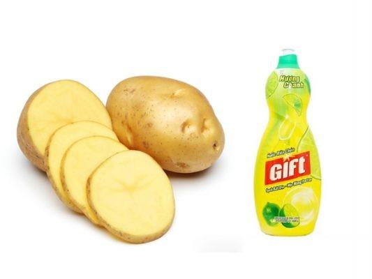 Dùng khoai tây và nước rửa chén để tẩy rỉ sét