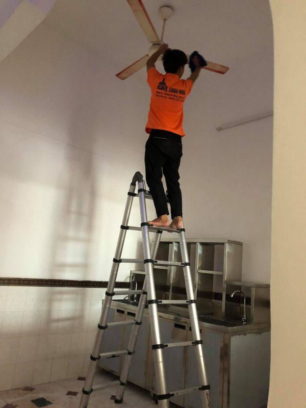 Hình ảnh Nhân viên Vesinhnha.com.vn vệ sinh nhà tại Quận 12